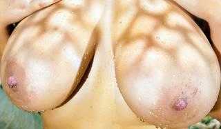 Başar göğüsler.
