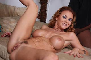 Mujer adulta desnuda.